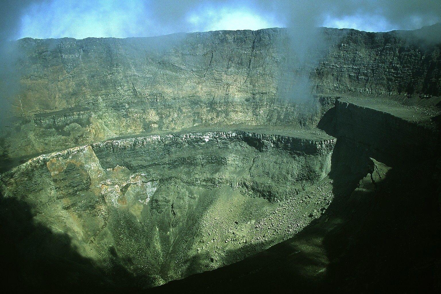 Nyiragongo - le cratère après l'éruption - photo J. Durieux mars 2002