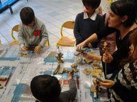 Jeux de société sur le thème de l'Océanie, certains fabriqués par l'animatrice Clellia.   Création d'un sapin de Noël en bois flotté avec Lydie.