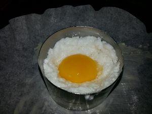 3 - Séparer blanc et jaune d'oeuf en prenant soin de ne pas crever le jaune d'oeuf. Battre le blanc en neige bien ferme avec une pincée de sel. Placer votre emporte pièce beurré sur la face interne sur du papier sulfurisé préalablement beurré également. Remplir à moitié délicatement l'emporte-pièce de blanc monté en neige. Tasser légèrement et former comme un nid au centre. Y déposer délicatement le jaune d'oeuf et recouvrir avec le reste du blanc en neige jusqu'en haut de l'emporte-pièce. Bien lisser la surface avec un couteau. Mettre au four th 5,5 (160°) pendant 5 mn.
