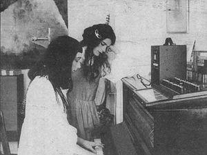 deux filles, un faux girl band qui est en fait un duo porté par les compères Simon Fisher Turner et colin lloyd Tucker