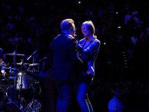 Bono avec une fane Bruxelloise