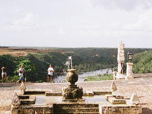 Altos de Chavon, réplique d'un village méditerranée, surplombant la rivière Chavon. L'amphithéâtre et l'église Saint Stanislaus.