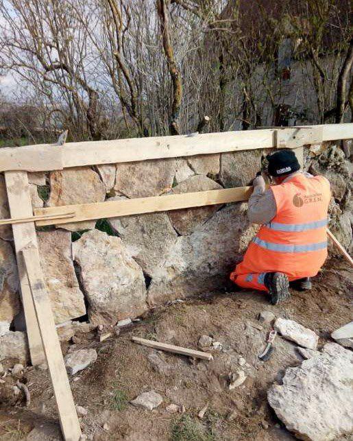 Chantier en cours de réalisation : mur en laves de Bourgogne debout