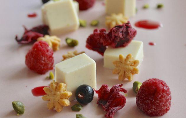 Panna cotta coco, fruits rouges et fleurs d'hibiscus