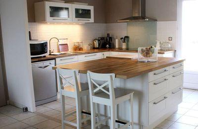 L'îlot central est un espace pratique dans la cuisine
