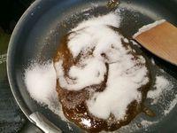 2 - Réaliser dans un poêle un caramel à sec avec le sucre. Préparer une plaque recouverte de papier sulfurisé. Lorsque le caramel est bien doré, ajouter les noisettes dans la poêle et mélanger pour bien les enrober, verser le tout sur le papier sulfurisé et laisser refroidir. Une fois refroidi, casser en petits morceaux et passer au mixeur jusqu'à obtenir du pralin (poudre de noisettes caramélisées grossièrement concassées).