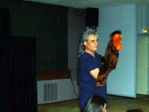 """à gauche vue du spectacle ( peu de lumière)  à droite Jimmy montre un des """"Orange"""" au public."""
