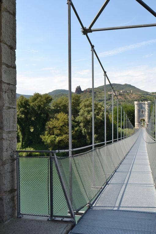 Côté département de l' Ardèche, avec une vue sur les ruines du château de Rochemaure. (Défilement automatique)