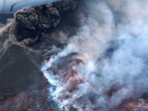 Nishinoshima - images prises lors du surbvol du 29.06.2020 par les Japan Coast Guards - panache de cendres élevé, modifications au sommet de Scoria hill et projections incandescentes - un clic pour agrandir