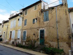 Les maisons de part et d'autre de l'avenue de Lambesc