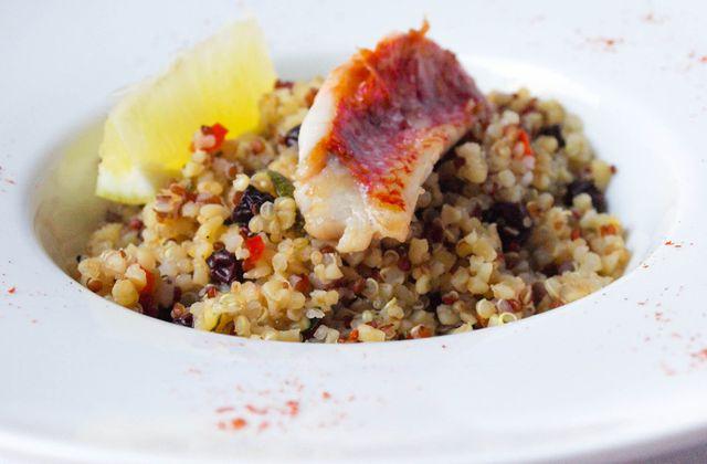 Pilaf de quinoa à l'orientale et filet de rouget grillé