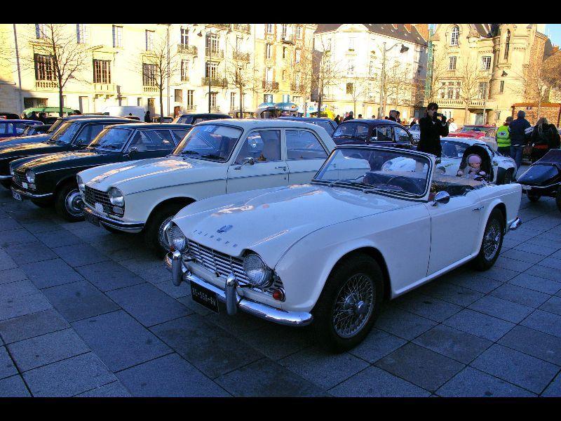Dimanche 15 janvier, les bénévoles de l'association PAPA 35 (Passion Autos Prestiges et Anciennes), organisaient la 1ère traversée de Rennes. Après un départ aux Etangs d'apigné, les véhicules se rendaient Place du Parlement de Bretagne, et P
