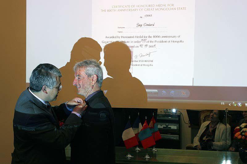 Guy Contard reçoit le 4 juillet 2007 la médaille du 800ème anniversaire  de l'état Mongol