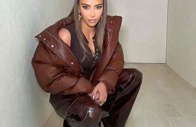 Kim Kardashian canalise les années 90 avec un large bandeau et une veste bouffante moka alors qu'elle oublie ses ennuis conjugaux avec une séance photo sur Instagram