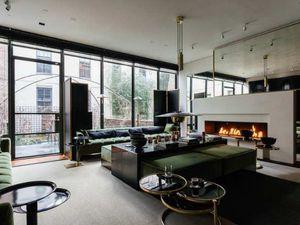 Une maison de ville new-yorkaise avec cour intérieure