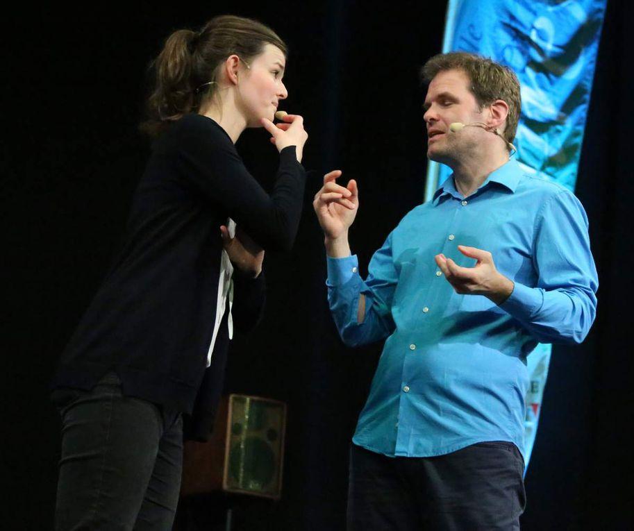 """Nach soviel Augenschmaus brachten Lena Försch und  Norbert Deeg vom Würzburger Improtheater """"Die Kaktussen"""" mit dieser noch recht jungen Kunstform das Publikum immer wieder zum Lachen. Sie offenbarten dabei ihre phänomenale Lernfähigkeit. Musikalisch begleitet vom Gitarissten Mario Herz verwandelten sie spielerisch durch direkte Interaktion mit dem Publikum dessen Vorgaben  zu Emotionen oder in eine Geschichte. Auf spielerische Weise griffen sie auch das Thema der Veranstaltung auf und spiegelten ihre Beobachtungen szenisch wider."""