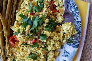 Tofu brouillé à l'ail des ours + recette de sauce verte à l'ail des ours