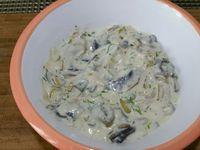 3 - Pendant ce temps, faire revenir l'échalote à la poêle dans une filet d'huile d'olive jusqu'à ce qu'elle devienne translucide, réserver. Faire de même avec les champignons, pendant leur temps de cuisson, ressortir les gambas, les retourner sur l'autre face et bien les badigeonner à nouveau de marinade, Remettre au frais. Une fois les champignons cuits, réincorporer l'échalote, puis ajouter la crème fraîche épaisse et le jus d'un demi-citron vert. Laisser épaissir quelques minutes, une fois la sauce nappante et crémeuse, incorporer le persil haché, assaisonner avec sel et poivre de Timut, verser dans un bol ou une saucière et réserver au chaud.