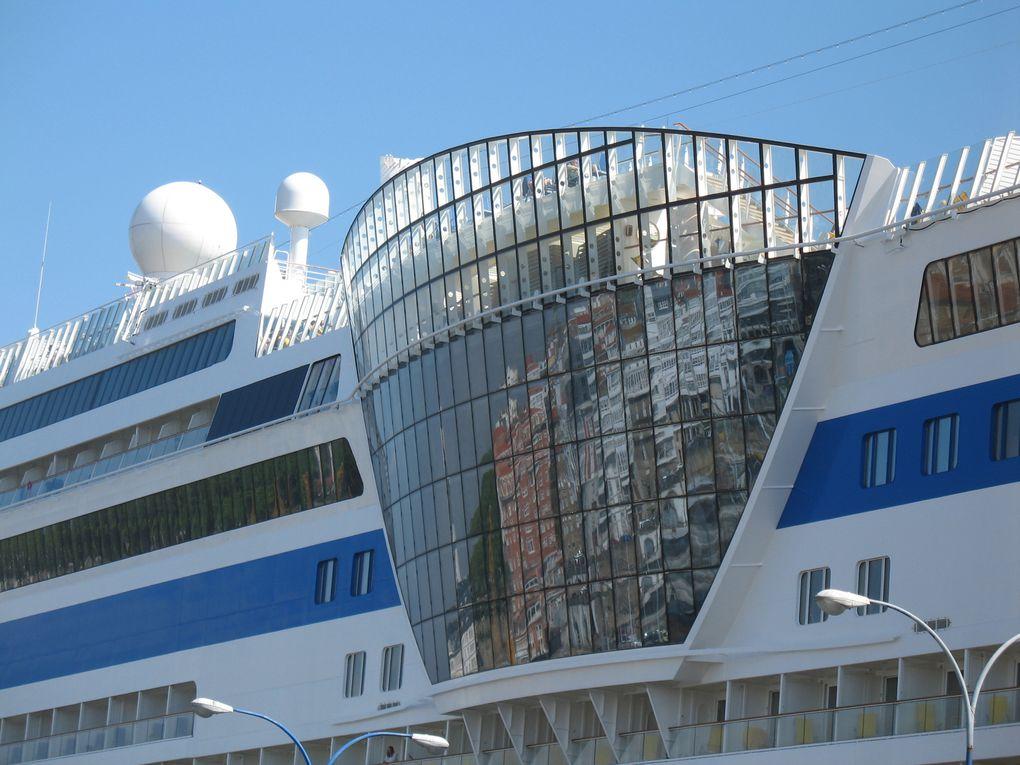 Magnifiques bateaux de croisière dans le port de la Coruña.