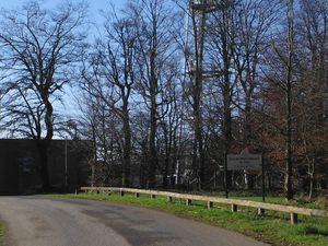 Le relais hertzien, le pylône et le haut de la chapelle Notre-Dame du Mont-Carmel ; le sommet.