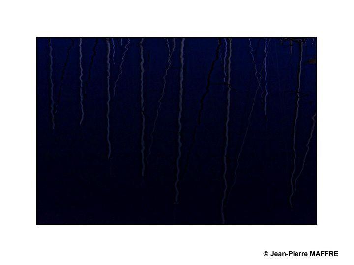 De jour comme de nuit, la lumière joue avec les ondulations de l'eau.