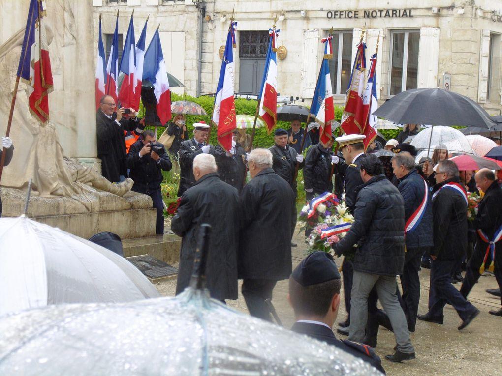 """Sous une pluie supportable par les militaires...!! et les officiels et le public. Les enfants ont entonné des chants patriotiques et parmi les porte-drapeaux, un homme que je connais bien.. son père a été fusillé à Poitiers après avoir été arrêté en 1944...  Cela ne se voit pas sur son visage.. mais """".... Amis entends-tu les cris sourds..... """" Oui le chant des partisans est une bible à lui tout seul de ces 4 années de barbarie nazi. vive nos libérateurs, vive la Paix et vive la France. Vive la fraternité entre les peuples. Zooms...."""