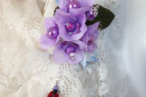 Fleurs Rires - Longue broche fibule au bouquet printanier de fleurs parmes en tissu et sa coccinelle en balade