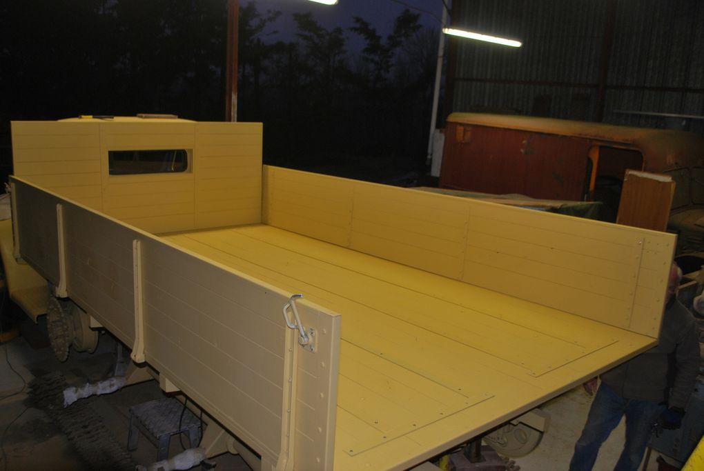crédit photos - Alain Chaussade -caisse avec renforts fer plat vissé au plancher, ridelles posées, ferrures de coffre latéraus et amortisseur d'ouverture de la ridelle arriére
