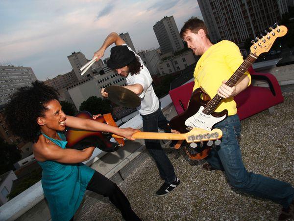 joëlle koundé, musicienne, chanteuse, bassiste influencée par le jazz, soul, groove et funk