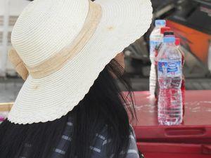 Street style : tailleur et cheveux bleu vert, chapeau et ombrelle, allure bobo tout sourire, costards à faire sur mesure à foison, flamboyant short de box thaïe et charmantes ambassadrices.
