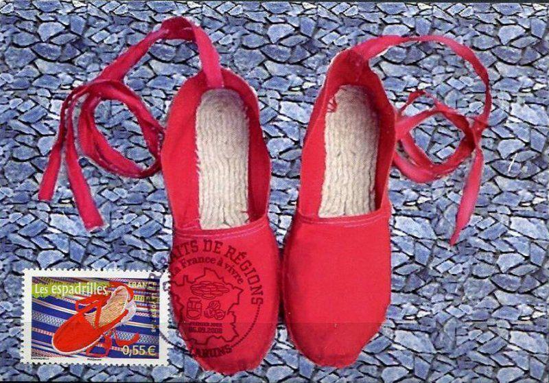 Une espadrille est une chaussure légère en toile avec une semelle en corde de chanvre ou de spart tressée, traditionnelle dans plusieurs régions chaudes du monde.