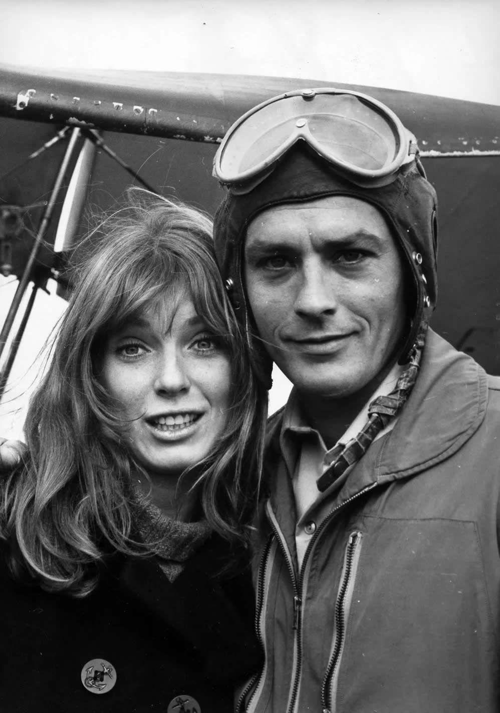 Nathalie Delon a 21 ans et tombe par hasard, dans une boîte de nuit de la capitale, sur Alain Delon, en pleine ascension et fiancé à Romy Schneider. (Le 4 Août 1960.)