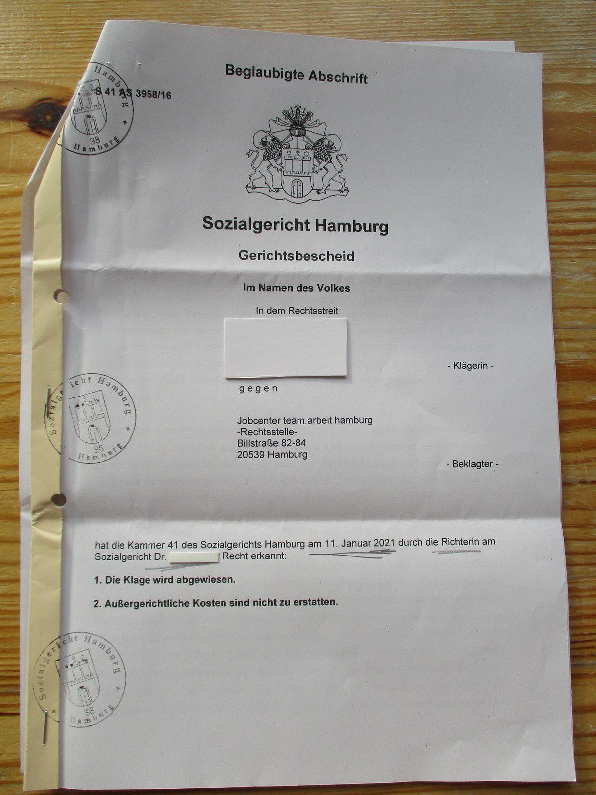 Gerichtsbescheid des SG Hamburg aus Januar 2021 zu meiner Klage aus 2016 gegen damalige Sanktionierung. Die Klage wurde abgewiesen. Ich hatte alleine geklagt, ohne anwaltliche Beratung und/oder Vertretung.