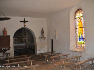 De jolis vitraux à gauche et à droite dans la chapelle.