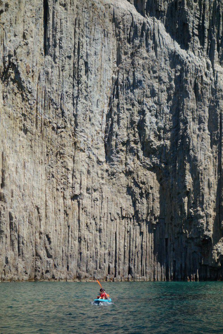 au nord de Palmarola, les magnifiques falaises et grottes en orgues basaltiques de La Cattedrale