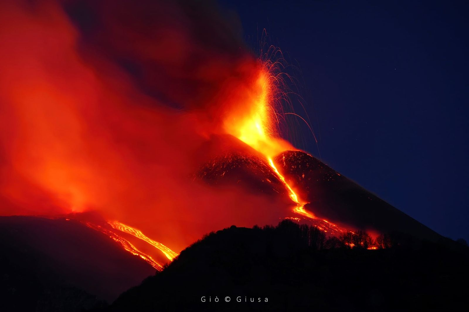 Etna SEC - 17th paroxysm: situation on 01.04.2021 at the blue hour, between darkness and light - lava fountain, and overflow in the Velle del bove; spaterring at the base of the SE, alimentan, t of the lava flows - photo by Gio Giusa