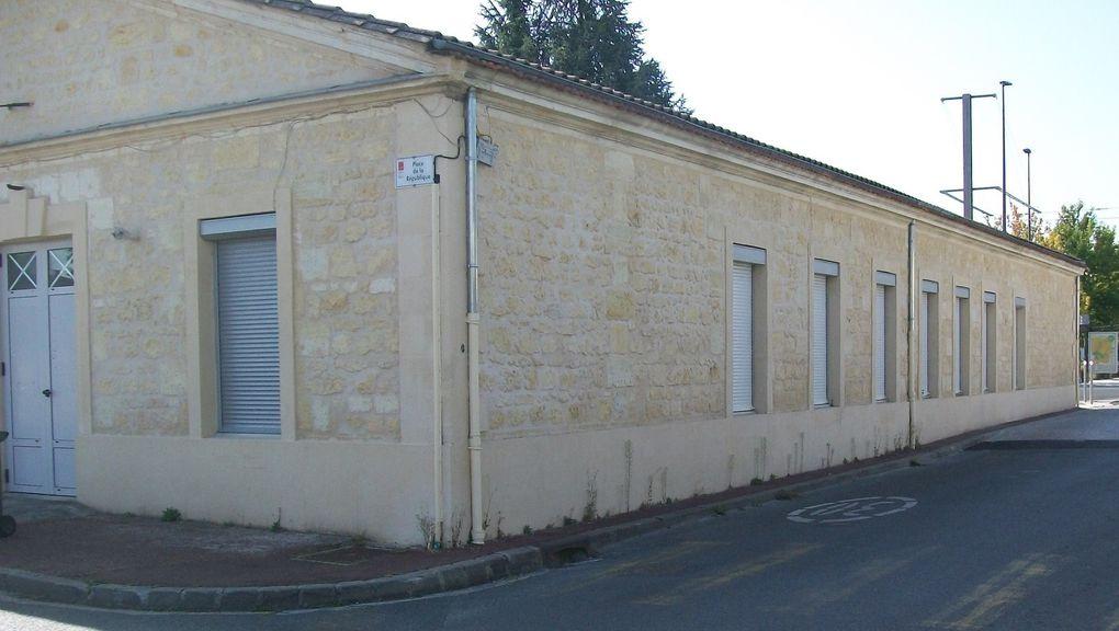 L'ancienne mairie, vue depuis l'avenue de la Libération et  l'avenue de Picot