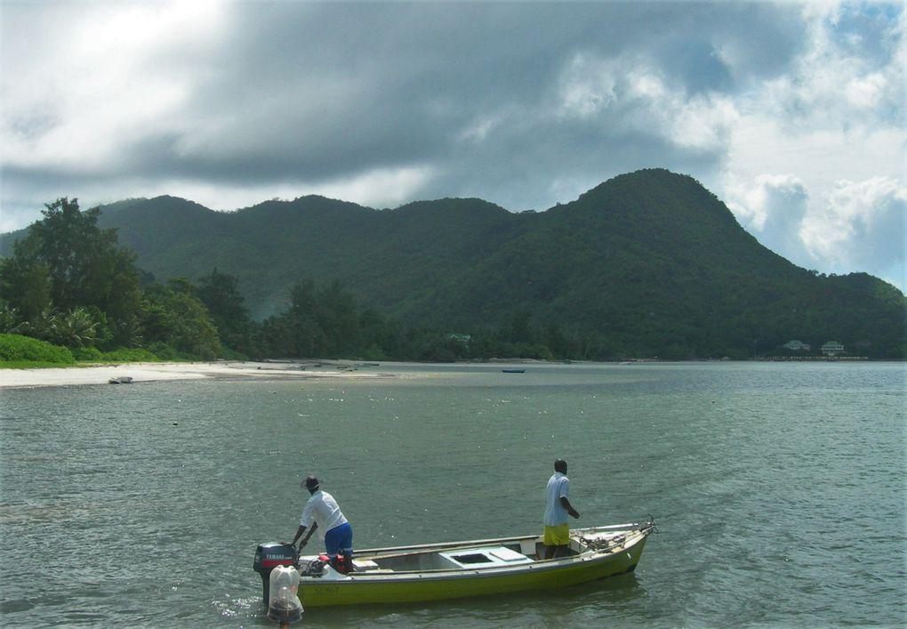 Comme partout, le plus simple pour avoir un aperçu des îles en bateau, c'est de s'adresser directement à un boatman qui, pour un prix raisonnable, fera découvrir les plus jolis coins et parfois ( dernière dia ) un ancien bagne.