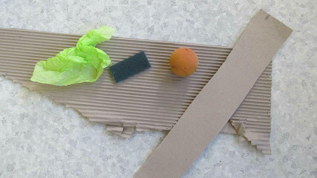 La perle et les bulles du papier sont lisses. Le carton ondulé, le papier de soie froissé, la balle en mousse et l'éponge grattent. Le tissu, le coton et la plume sont doux. La fourchette et le bâtonnet piquent.