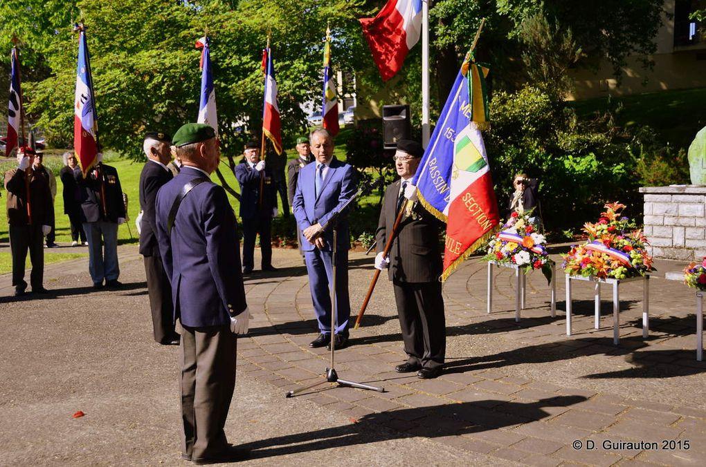 """Le Président de la C.C.L.O M. Jacques Cassiau-Haurie remet le nouveau drapeau au Président Jean-Claude Sellès Brotons - .Photos Domie Guirauton """"SUD OUEST"""""""