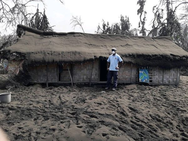 Ambae - 27.07.2018 - greasy ashes stick to the ground and roofs of homes, which threaten to collapse - photos John Metojoe, Vanuatu police force