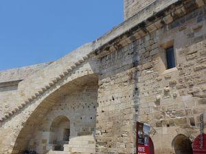 Les remparts côté intérieur avec en position dominante, la tour Constance