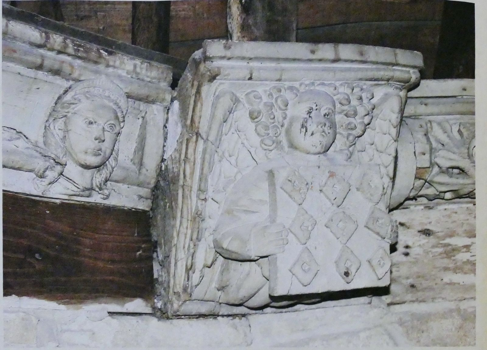 Ange présentant les armes des Rohan. Droits réservés Musée départemental breton de Quimper.