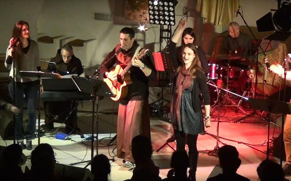 Compiègne, église Notre-Dame de la Source, Prêtres et moines ont monté un groupe musique Pop Louange
