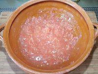 1 - Laver, sécher et émonder les tomates. Les couper en quartiers et les épépiner. Ecraser avec un presse-purée dans un récipient pour obtenir de la pulpe de tomate et réserver.