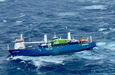 VIDEO – Un cargo néerlandais sans équipage ni moteur à la dérive en pleine tempête