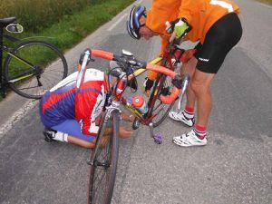 Réparation plus facile le vélo couché. Pas vraiment des noeuds, plutôt des boucles.