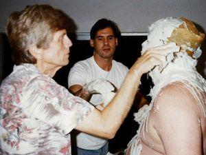 Duane Hanson réalisant ses sculptures.