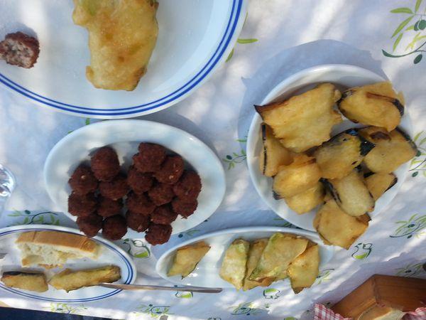 Pour diner petites spécialités grecques puis balade en annexe pour voir les petites grottes!!!
