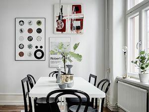 Chaises noires ou chaises blanches ?
